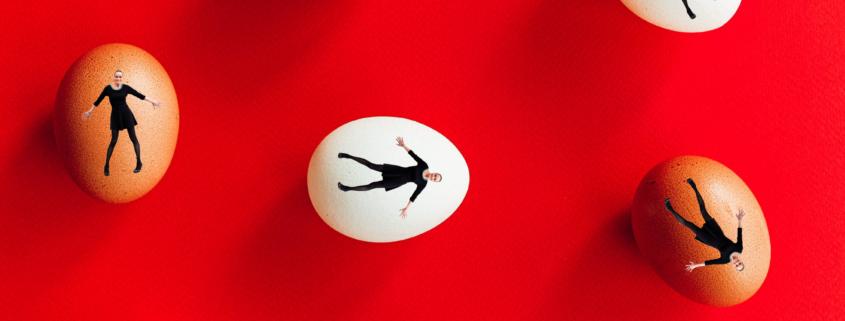Æg på rød baggrund med portræt af Lotte Heise